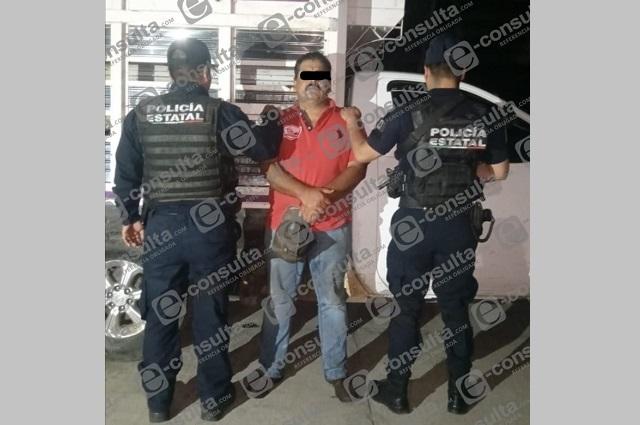 Detienen a hombre que conducía camioneta robada en carretera