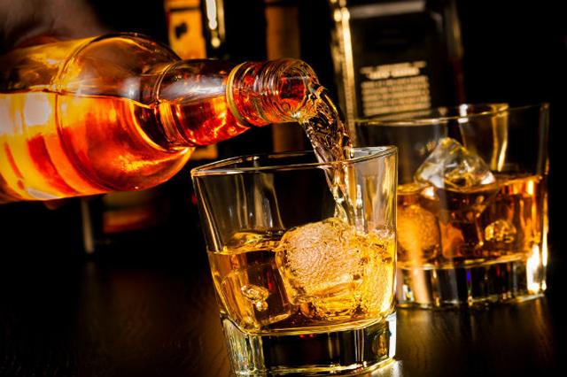 Cae una mujer que intentó robar 3 botellas de whisky que valen 13 mil pesos