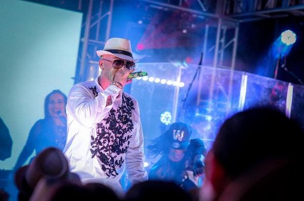 Wisin cae de escenario en pleno concierto en Miami