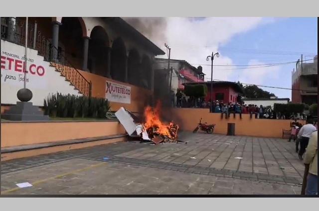 Destruyen alcaldía en Xiutetelco en reclamo de obra y agua