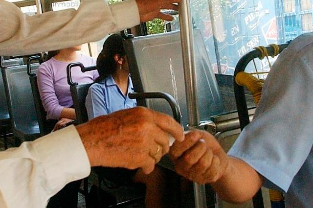 Sin anuncio oficial, choferes cobran de más por transporte en Puebla