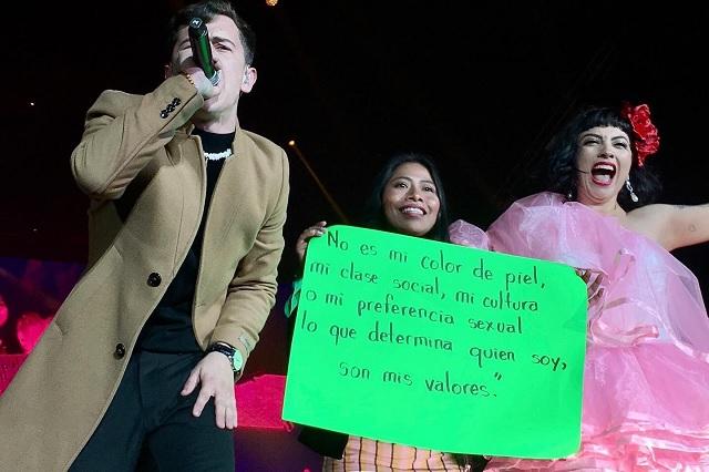 Yalitza Aparicio protesta durante concierto de Mon Laferte