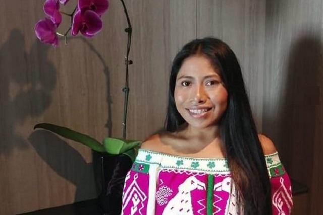 Yalitza Aparicio roba miradas con blusa transparente