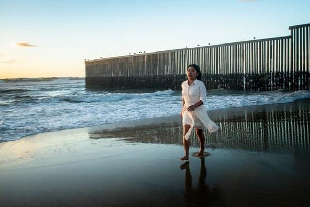 Yalitza denuncia políticas migratorias con sesión de fotos en la frontera