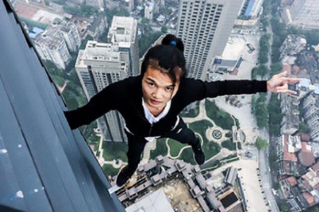 Youtuber chino intentaba selfie extrema, cae del piso 62 y muere