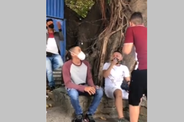 A cachetadas, youtuber pide a las personas usar bien el cubrebocas