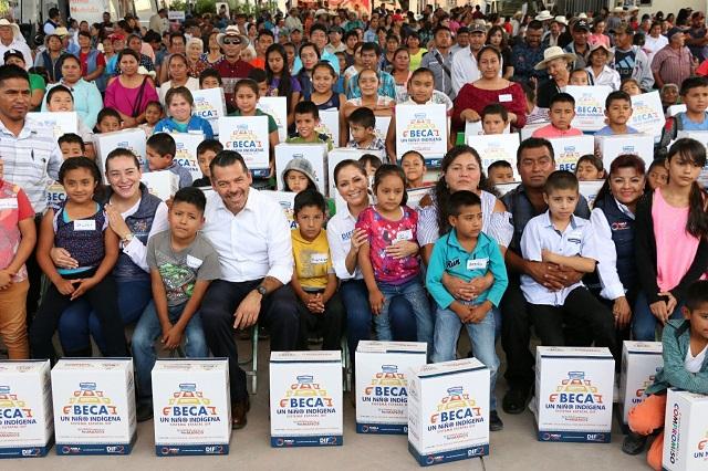 Dinorah López de Gali entrega apoyos a las familias de Zacapala