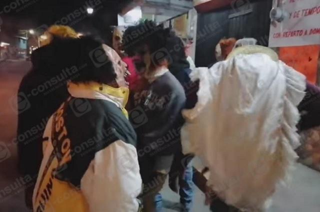 Con disfraces celebran el Día de muertos en Zacapoaxtla