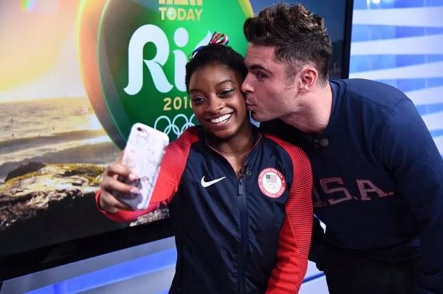 Zac Efron viaja a Río y sorprende a la gimnasta Simone Biles