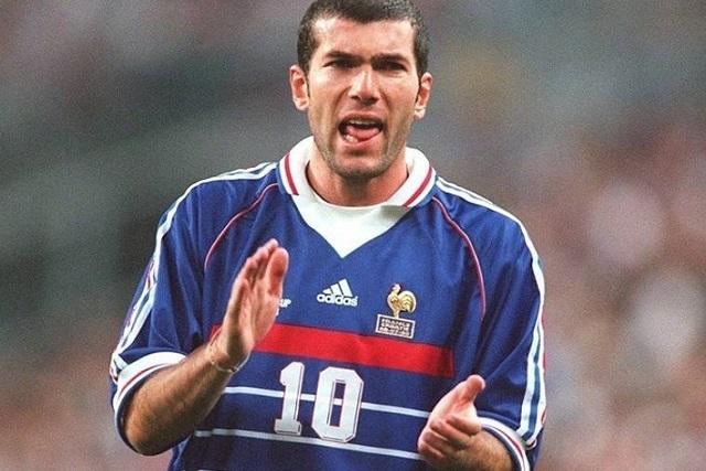 Subastarán playera sudada de Zinedine Zidane