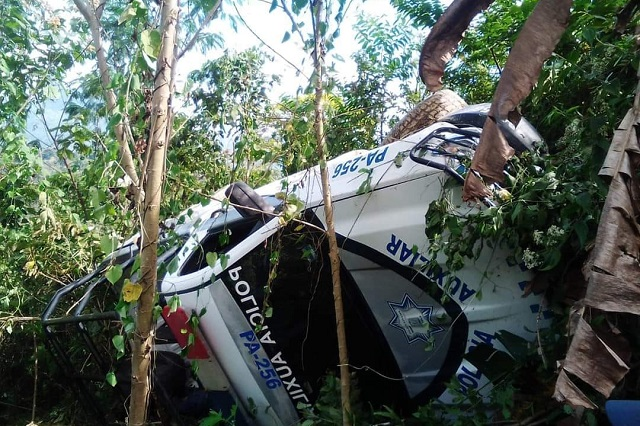 Muere policía al volcar patrulla que escolta a becas en Zoquitlán