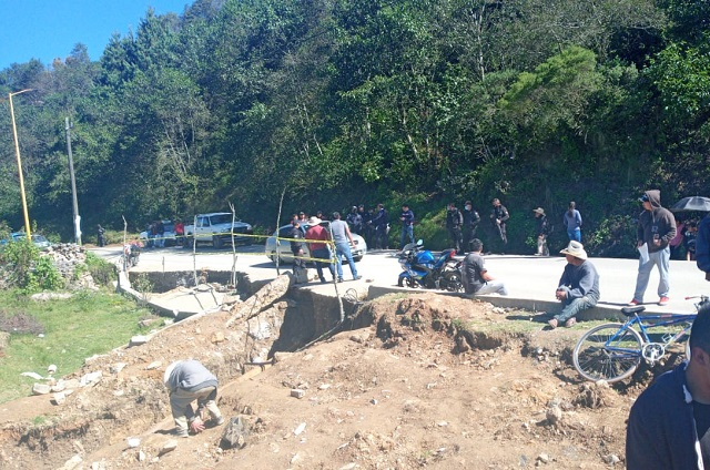 Edil de Zoquitlán promete reparar vivienda y no cumple
